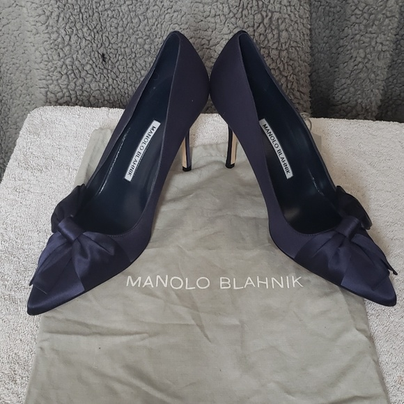 2ad13be99ba0 Manolo Blahnik Beccara in navy satin heels